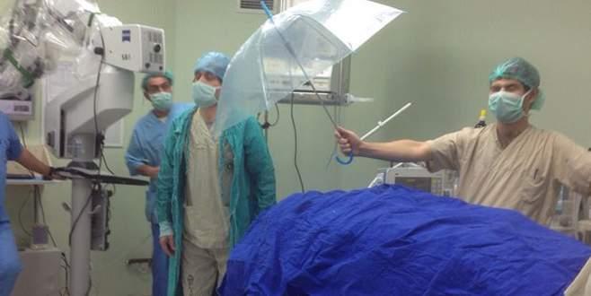 Ameliyatta 'şemsiyeli koruma' olay yarattı