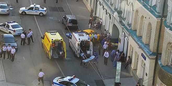 Taksi kalabalığın arasına daldı: 8 yaralı