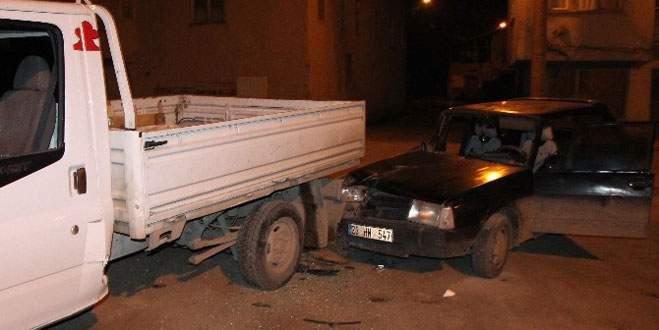 Otomobil, kamyonete çarptı: 8 yaralı