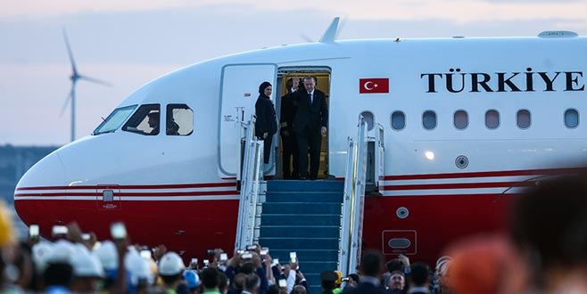 Cumhurbaşkanı Erdoğan'ın uçağı İstanbul Yeni Havalimanı'na ilk inişini yaptı