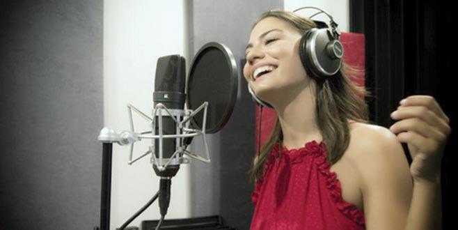 Şarkı söyledi