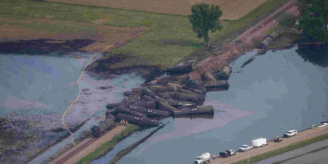 Tonlarca ham petrol nehre aktı
