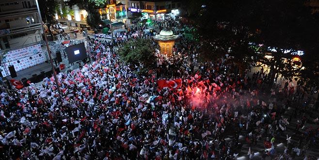Seçim sonuçları Bursa'da kutlanıyor
