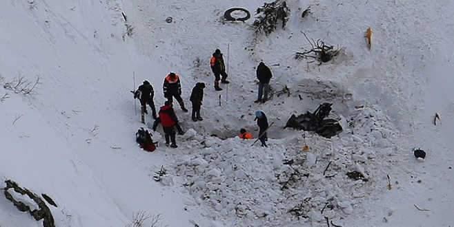 Çığ altında kalan işçilerden 2'sinin cesedine ulaşıldı