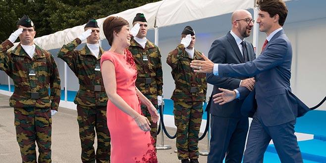 Başbakanı bıraktı eşine sarıldı