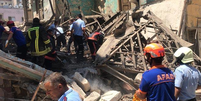 Mersin'de kullanılmayan bir bina çöktü