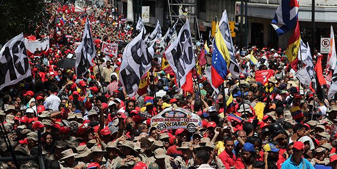 Binlerce kişi Maduro'ya destek için toplandı
