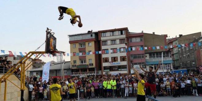 Bursalı gruptan Hakkari'de akrobatik basketbol gösterisi