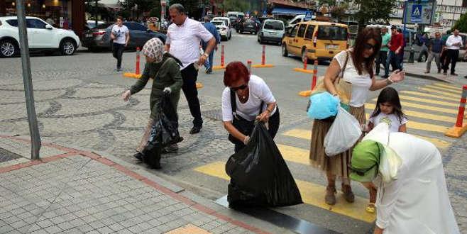 Londra'dan tatil için geldi, sokaklarda çöp topladı