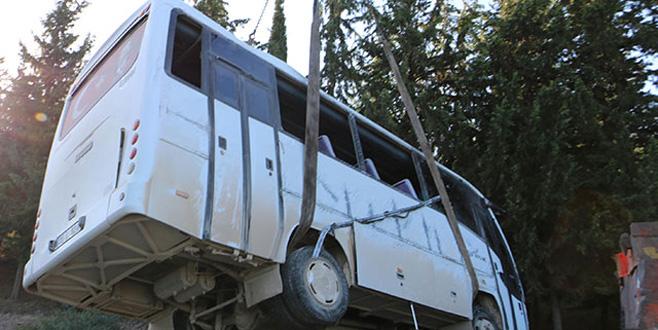 Sürücüsü ehliyetsiz servis midibüsü devrildi: Yaralı işçiler var...