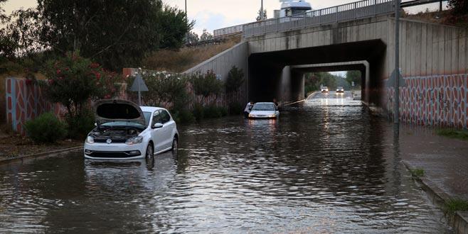 Kanal taştı, çok sayıda araç mahsur kaldı