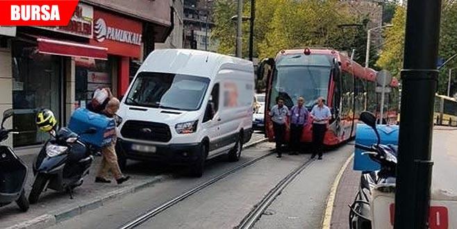 Dakikalarca minibüsün çekilmesini beklediler