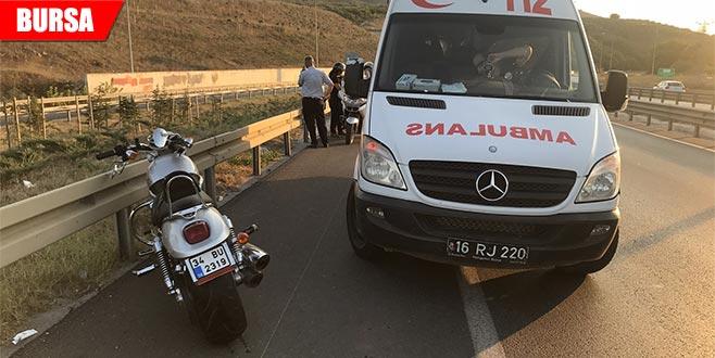 Lastiği patlayan motosiklet otomobile çarptı