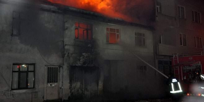 Bursa'da Suriyelilerin kaldığı ahşap ev alev alev yandı!