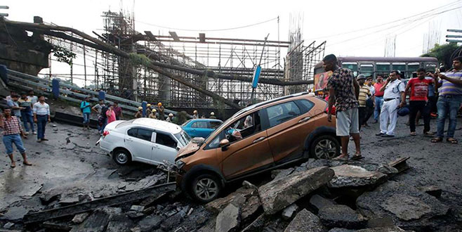 Hindistan'da köprü çöktü: 5 ölü