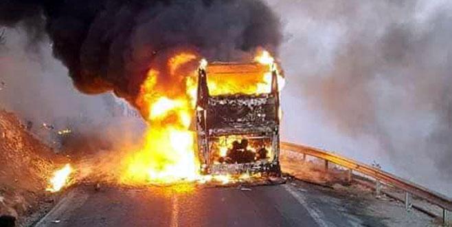 Hareket halindeki yolcu otobüsü alev alev yandı