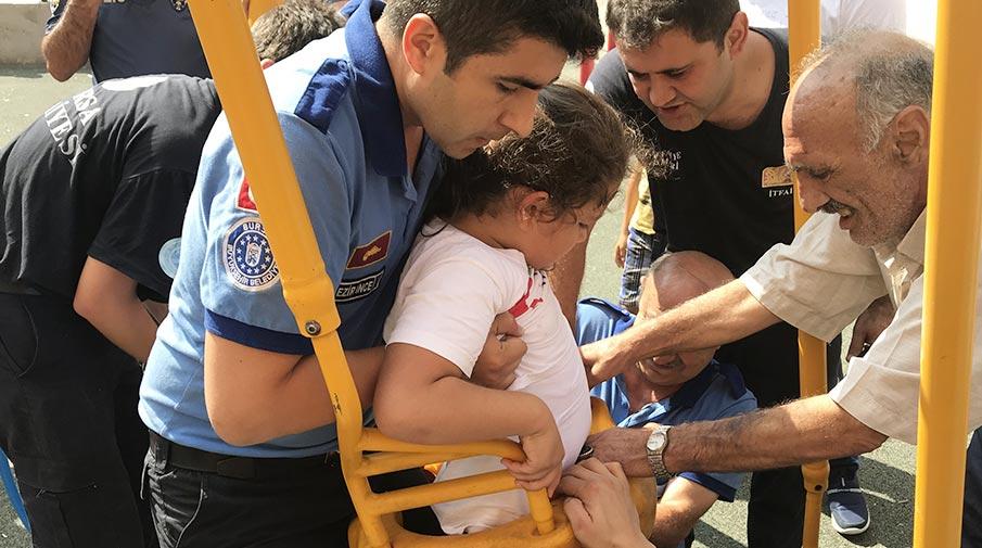 Bursa'da salıncakta sıkışan çocuk için seferber oldular
