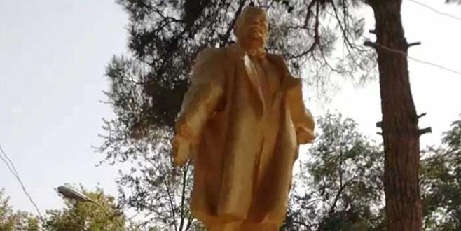 İmamlar Lenin heykelini onardı