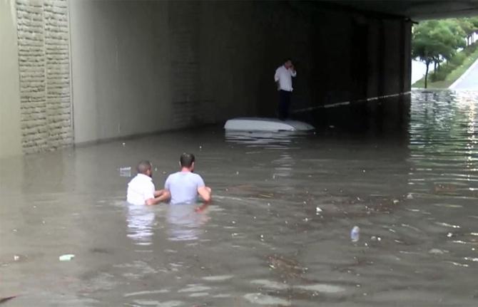 Şiddetli yağmur vurdu, yollar göle döndü!