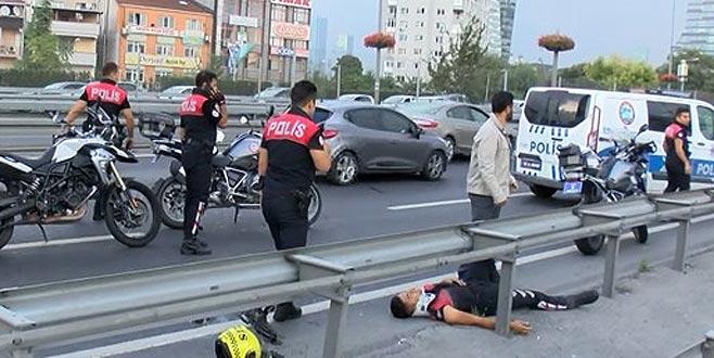 Aniden açılan kapı 2 polisi yaraladı