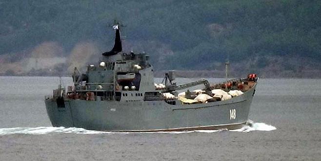 Rus savaş gemisi Boğaz'dan geçti! Güvertede dikkat çeken görüntü