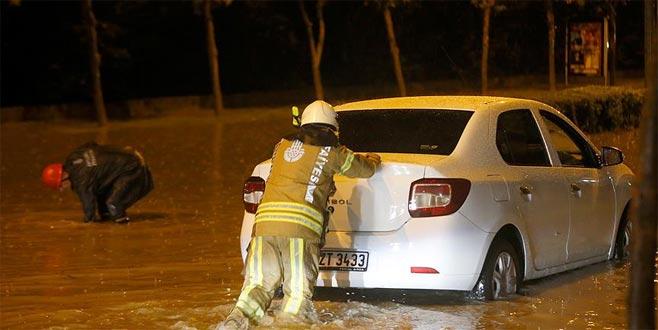 Yağış nedeniyle araçlar mahsur kaldı