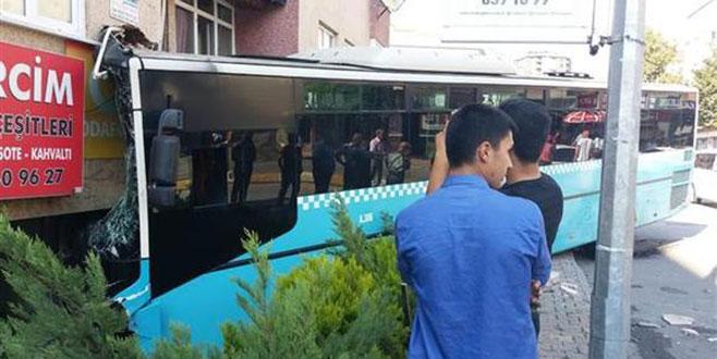 Bağcılar'da halk otobüsü binaya girdi