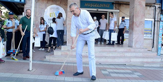Özkan belediye binası önünü temizledi