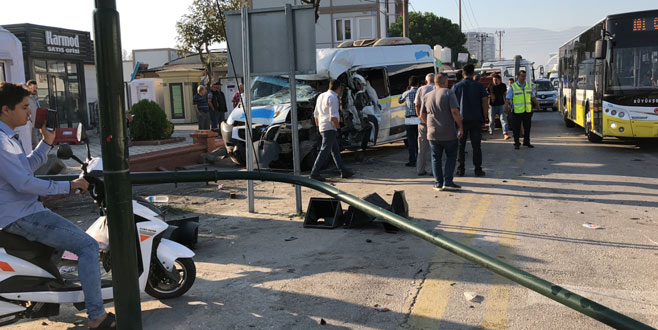 Minibüs çarptığı kamyoneti devirdi
