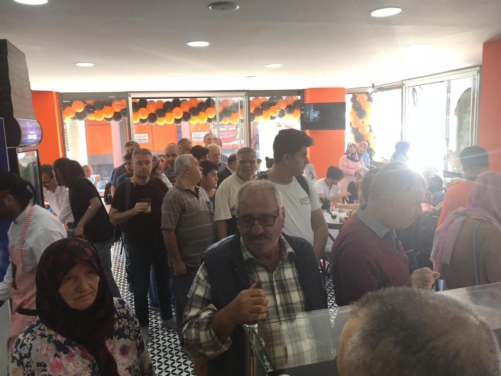 Bursa'da 50 tepsi bedava börek izdihamı