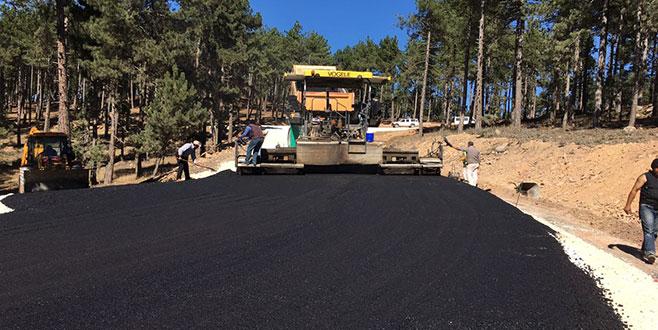 Büyükorhan'da köy yollarına sıcak asfalt