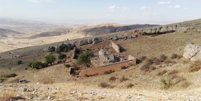 Mahkeme kararıyla boşaltılan köy talan ediliyor