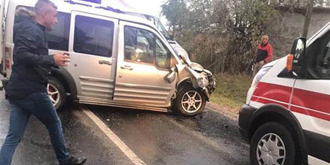 Korkunç kaza! Minibüs devrildi: 13 yaralı