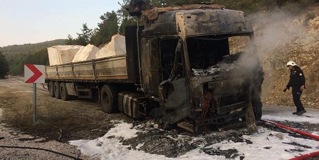 Bursa'da mermer yüklü TIR alev alev yandı
