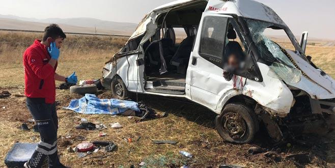 Göçmenleri taşıyan araç kaza yaptı: 2 ölü, 21 yaralı