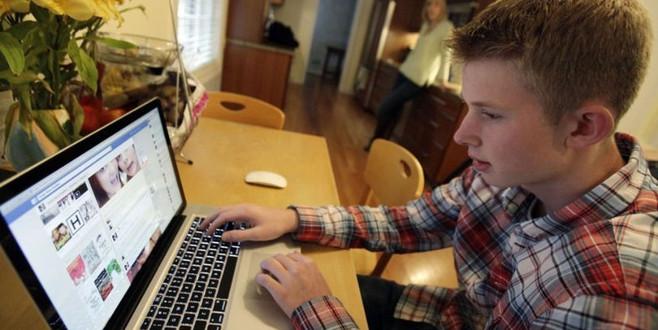 İnternette fazla vakit geçirmek gençleri mutsuz ediyor