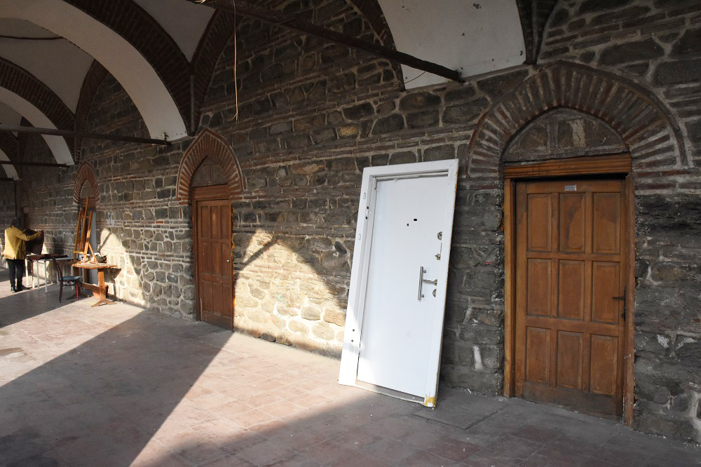 Tarihi handaki çelik kapı söküldü