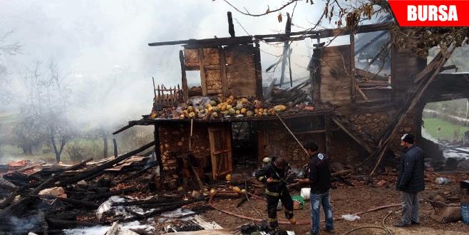 Pekmez kazanından sıçrayan ateş 2 ev 1 ağılı küle çevirdi