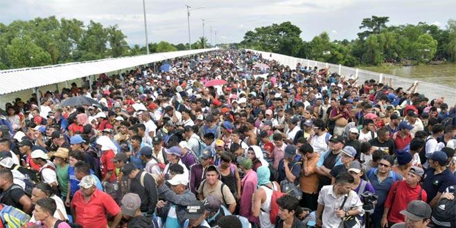 Binlerce göçmen sınırda mahsur kaldı