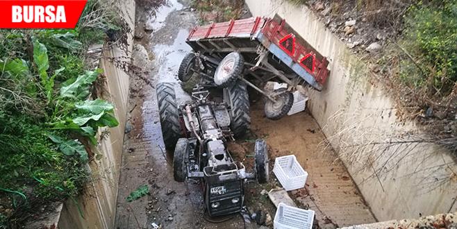 Park halindeki traktör su kanalına uçtu