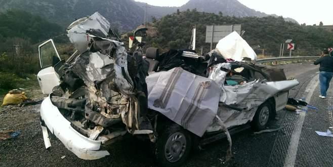 TIR minibüsü biçti: 2 ölü 6 yaralı