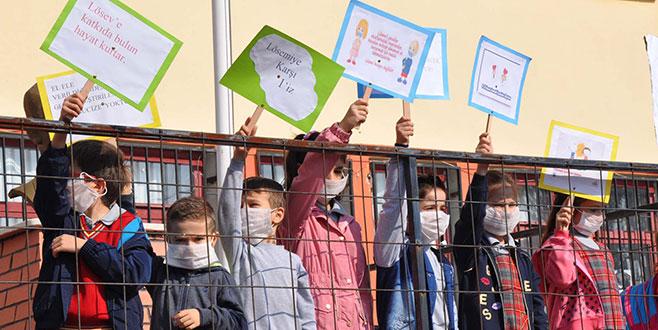 Öğrenciler farkındalık için okula maskeyle geldi