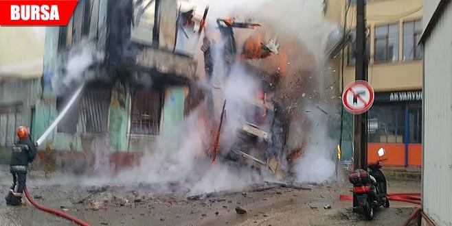 İşte Kayhan'daki yanan binanın çökme anı