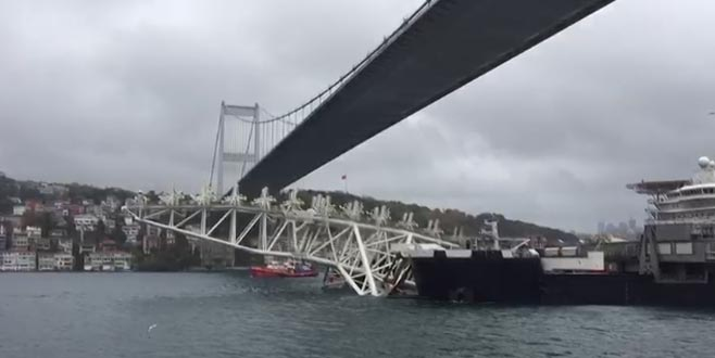 Dev gemi Şehitler Köprüsü'nün altından geçti