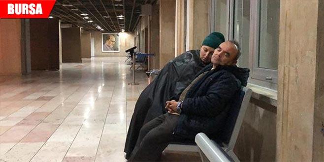 Hastane koridorlarında yatıp kalkıyorlar