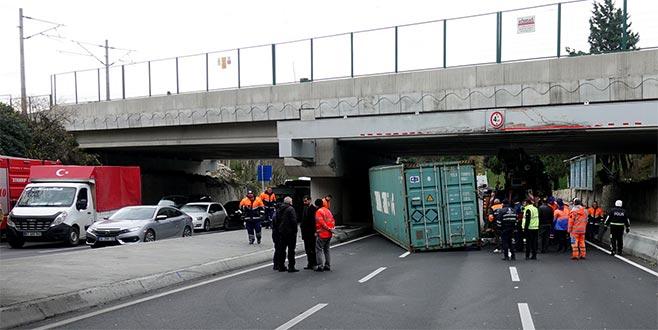TIR'da taşınan konteyner üst geçide çarptı
