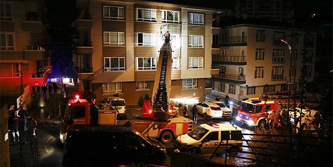 Apartmanda korkutan yangın: 10 kişi dumandan etkilendi