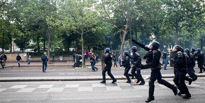 Fransa'daki gösterilerde 3'ü polis 30 kişi yaralandı: 700 gözaltı...