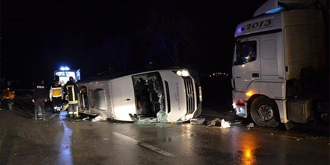 İşçileri taşıyan minibüs ile TIR çarpıştı: Ölü ve yaralılar var