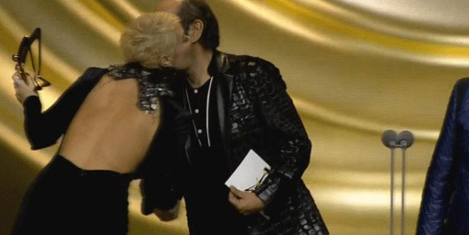 Ünlü şarkıcı ödül töreninde kıyafetinin azizliğine uğradı